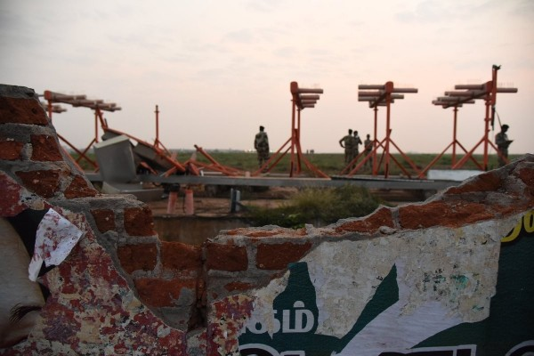 今日凌晨有一架印度廉航的班機起飛時,擦撞到機場的圍牆,仍繼續飛行約4小時才降落。圖為被撞的圍牆。(圖擷取舒克拉推特)