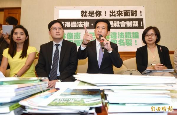 立委林俊憲3日舉行記者會,指控補教名師陳國星疑以收買評委方式,屢贏政府標案。(記者方賓照攝)