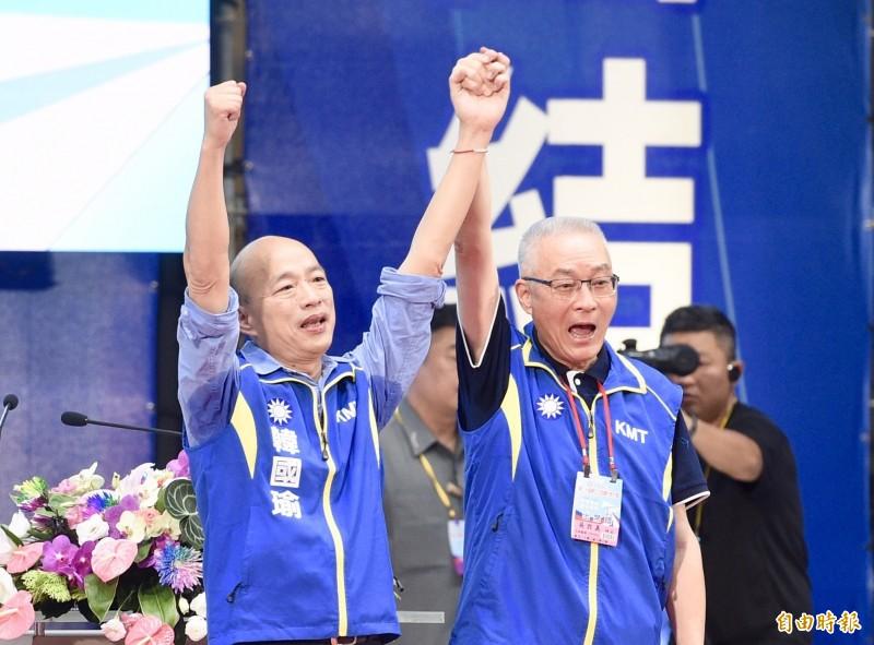 韓國瑜(左)當半年高雄市長就宣布參選總統,以及其他情勢惹惱高雄市民,因而被發起罷免。右為高雄市長吳敦義。(資料照)