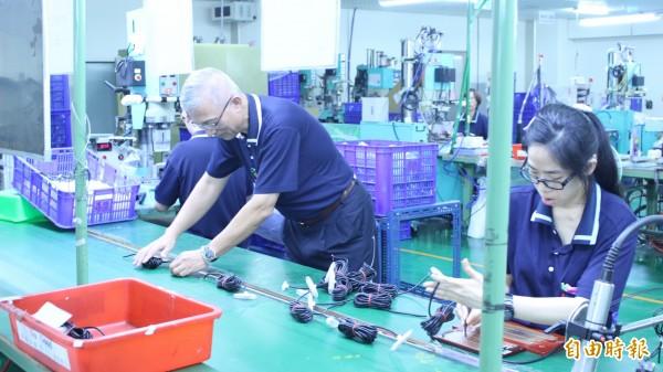 璨揚企業老闆黃文献(左2)建立公司聽障者專用的生產線。(記者王俊忠攝)