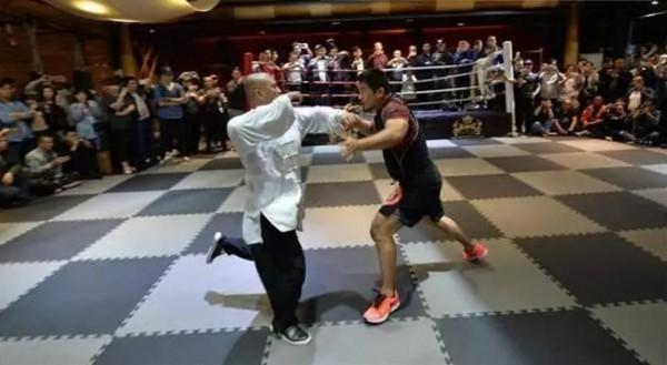 「格鬥狂人」徐曉冬(右)與太極拳傳人魏雷(左)對戰,10秒分出勝負。(資料照,圖擷取自微博)