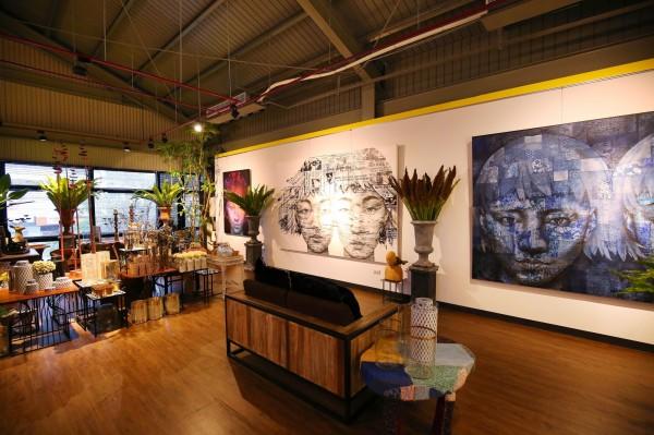 店內2樓展示著泰國藝術家的畫作,不過上樓參觀需先告知店家。(記者潘自強攝)