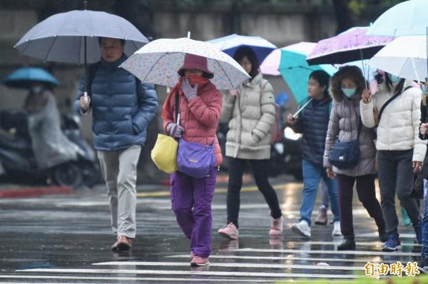 在寒流影響下,各地連日濕冷,新竹、板橋連續低溫10度以下都破60小時,是觀測以來新紀錄。(資料照)