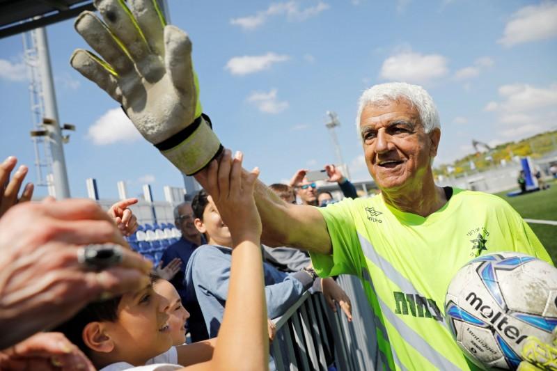 73歲的哈希克(Isaak Hayik),在以色列職業足球隊Ironi Or Yehuda昨天(5日)的賽事中擔任守門員,成為金氏世界紀錄認證的全球最老職業足球員。(路透)
