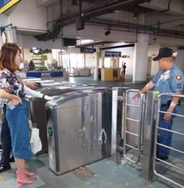 張女不服規定,大鬧菲國捷運站,點燃菲國民眾怒火。(圖擷自臉書)