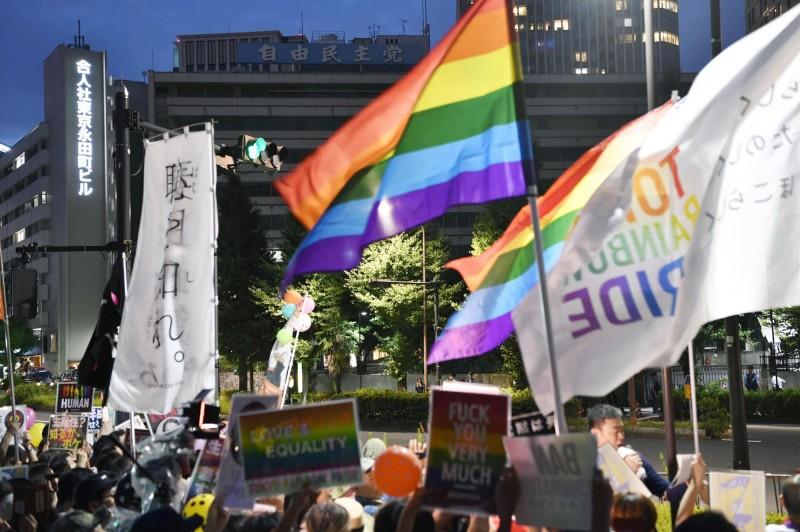 日本多對同性情侶控告政府以捍衛婚姻平權。圖為民眾在東京上街遊行支持同性婚姻。(美聯社)