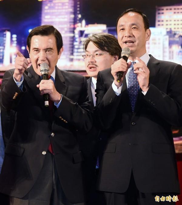 前總統馬英九(左)、前台北市長朱立倫(右)昨天出席內科之夜歲末聯歡晚會,並一起合唱《朋友》,馬並指責內湖交通問題並沒有獲得改善。(資料照)