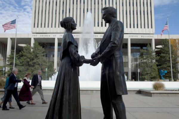 美國鹽湖城是摩門教宣教重要起點,有史密斯與元配艾瑪雕像。(圖擷取自網路)