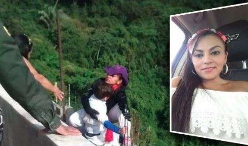 媽媽抱著兒子從橋上跳下。(圖擷自推特)