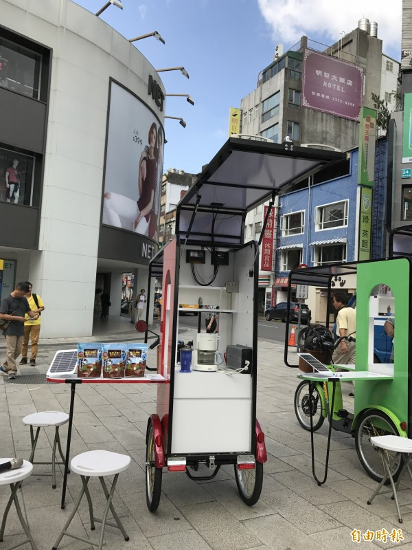 台灣環境保護聯盟透過Google及新竹物流公司贊助,自製設計出六台『太陽能行動咖啡車』,充飽電可煮50杯咖啡。(記者陳炳宏攝)