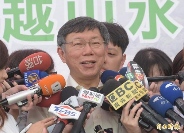 台北市長柯文哲17日出席「臺北能源之丘2.0—山水綠生態公園設置太陽光電系統」動工記者會,會後受訪聚焦市長選舉。(記者張嘉明攝)