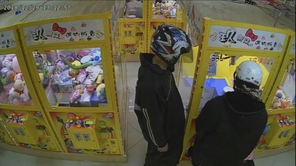 2賊自備電視遙控器「保夾」,不法得手6款海賊王公仔。圖為兩人犯案時照片。(記者吳昇儒翻攝)
