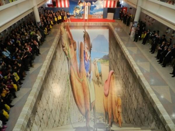 「鳥取沙丘柯南空港」中最吸引柯南迷的錯視藝術地上畫。(圖擷取自Natalie)