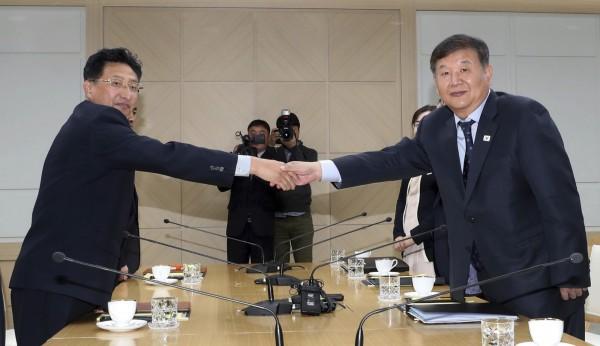 南韓文化體育觀光部副部長盧泰剛(圖右)與北韓體育省副部長元吉宇(圖左)今日進行兩韓體育會談。(美聯社)