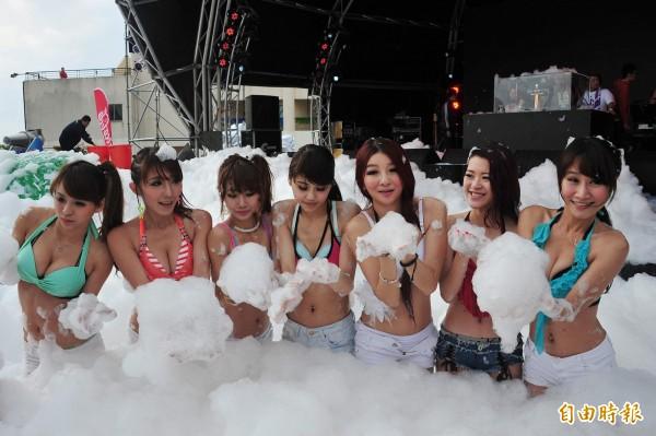 因比基尼辣妹雲集,「泡泡音樂節」成為墾丁音樂季一大噱頭,但學者憂心泡泡排入海中恐造成沿海生態破壞。(記者蔡宗憲攝)