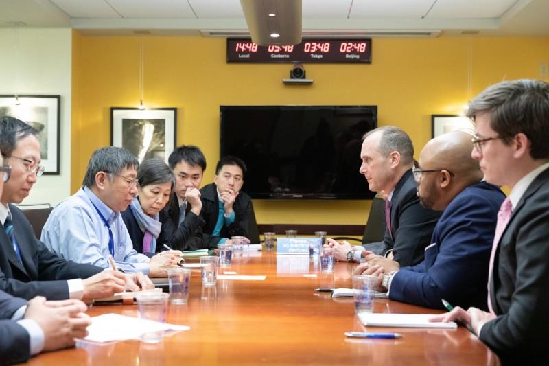 台北市長柯文哲此次訪美過程似一波三折,不僅被全美台灣同鄉會、台灣人公共事務會拒絕接待,還傳出因故見不到數名美國官員。不過,當地時間19日上午,柯已拜會國安會、國防部官員,另與國務院代理亞太副助卿史墨客等人會晤。(中央社)
