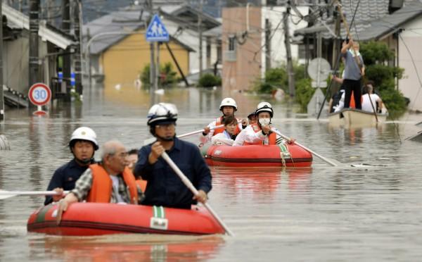 救援人員在已被水淹沒的災區搜救。(美聯社)