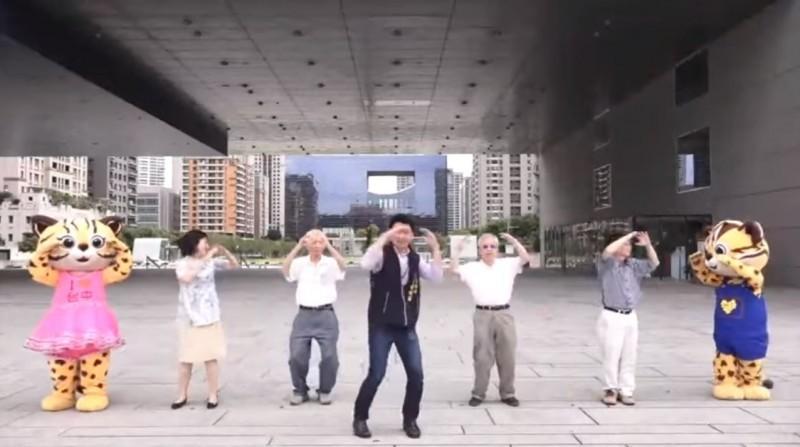 台中市政府「路口慢看停」影片被罵翻。台中市政府顧問錢怡君在臉書澄清表示,該活動是中央發起,沒有預算的接龍活動;她也表示感嘆,其他縣市也都有拍攝。(擷取自YouTube)