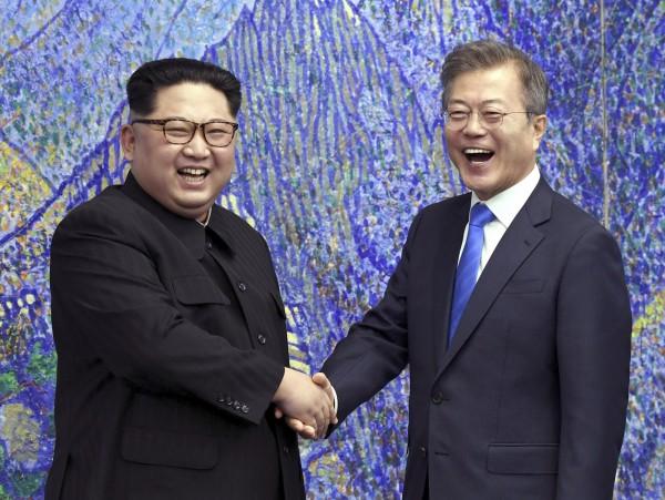 針對先前傳出南韓總統文在寅可能參與12日在新加坡舉行的「川金會」,南韓政府今(10)日表示,此事「極不可能」。圖為4月27日「文金會」。(美聯社)