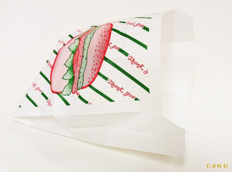食藥署針對外食常見的防油紙袋做監測,並沒有明顯的全氟烷化合物溶出異常。(記者吳亮儀攝)