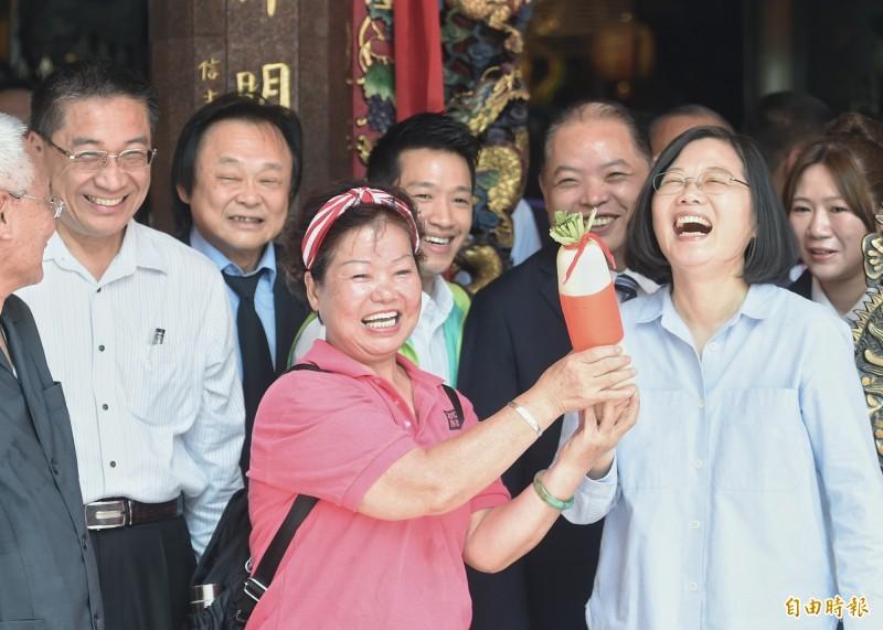 總統蔡英文16日前往北市大同區「大同普願宮」參拜,熱情支持者送上好彩頭,預祝連任成功。 (記者劉信德攝)