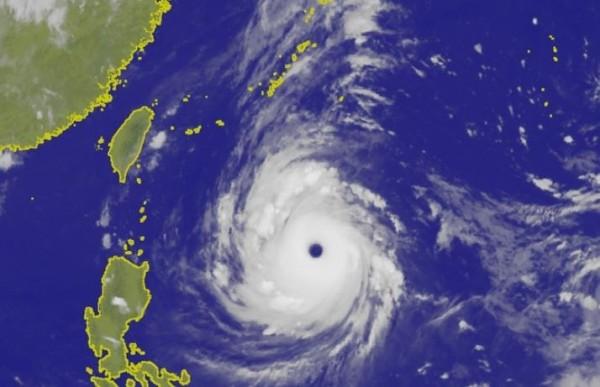 中央氣象局表示,強颱潭美暴風半徑擴大至250公里,仍不排除有直撲台灣的可能性。(圖擷取自中央氣象局)