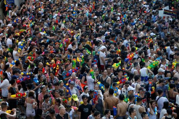 潑水節(宋干節)是泰國的傳統新年,除了當地民眾會用純淨清水互相潑灑,這項重大慶典也吸引不少外國遊客慕名參與。(路透)