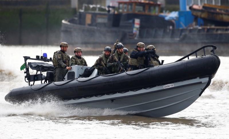 英國皇家海軍陸戰隊登上並接管一艘向敘利亞運送石油的伊朗油輪。圖為英國警察、英國皇家海軍陸戰隊和荷蘭皇家海軍陸戰隊的聯合反恐演習。(路透)
