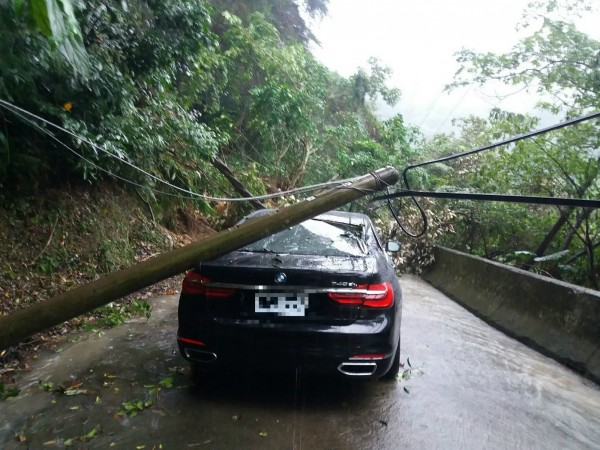 [新聞] BMW大7又來了! 這次對戰電線桿太慘…