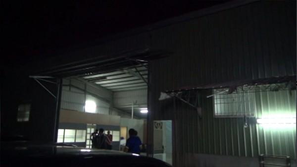 製毒集團選定偏僻廠房或果園設立製毒工廠製造毒品,並利用夜晚作業。(記者黃良傑翻攝)