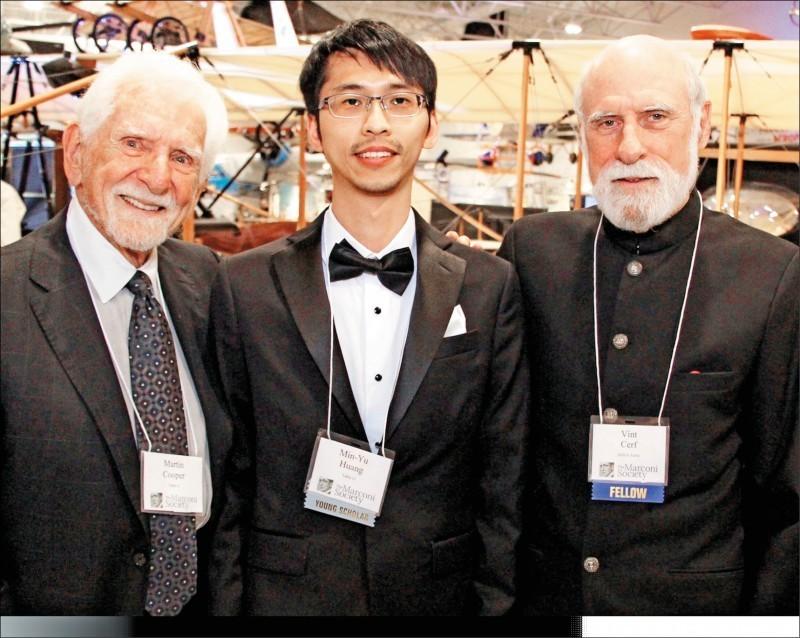 馬可尼學會主席、網際網路之父瑟夫(右)及手機之父庫伯(左)讚賞黃敏祐(中)在5G研究的突破。(清大提供)