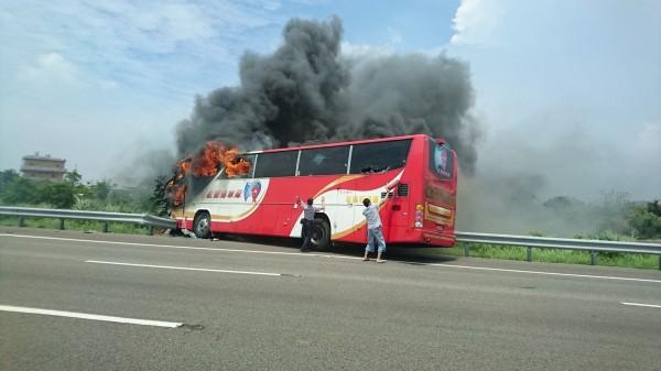 陳日中表示,該款遊覽車一共有8個逃生出口,研判可能火勢來得快速猛烈,導致車內乘客反應不及,釀成意外。(圖擷取自爆料公社)