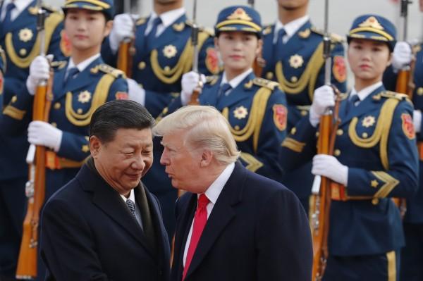 美國總統川普(右)與中國國家主席習近平(左)互動。(美聯社)