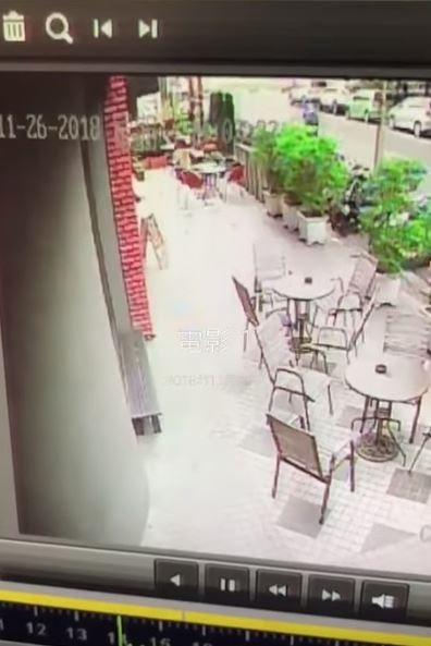網友表示26日店裡打烊後,有門市的夥伴跟他回報,原本立在門口外的招牌突然不見了。(圖截取自YouTube)