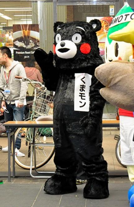 初代的熊本熊的身材又高又瘦,還曾經把小朋友嚇哭過。(圖擷自日本朝日新聞)