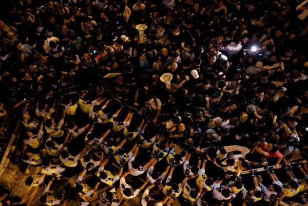 香港今晚有4000多人在中聯辦抗議。(路透)