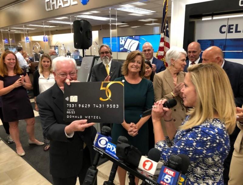ATM發明人維澤爾(Donald Wetzel,前左白髮者)前往紐約慶祝自動提款機發明50週年,但他透露其實自己的太太至今都沒使用過ATM。(圖擷自Laura Gillen推特)