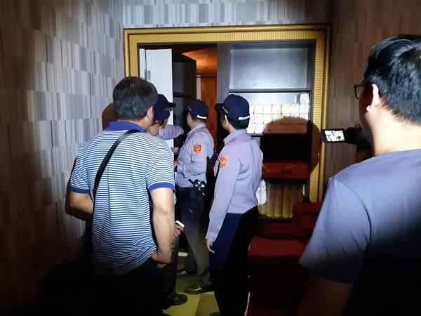 高雄警方今下午前往著名按摩店「魚翅樓」臨檢,並未發現有脫逃越南旅客。(記者方志賢翻攝)