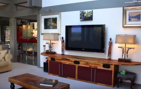 豪宅的待客室。(圖擷自YouTube)