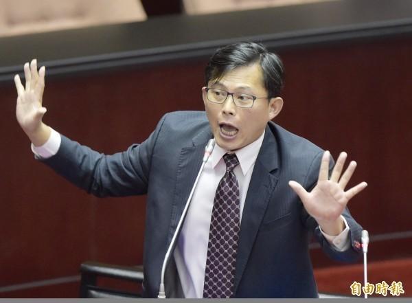 黄国昌不满表示,对于昨日下午中国人携带猪肝入境,虽然开了20万元罚单,但他根本没缴却能入境,「请问行政院,这是在玩哪一招」?(资料照)