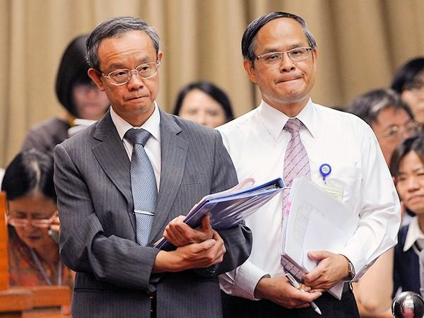 台大醫院院長黃冠棠(左)強調,台大醫院402專戶下的MG149帳戶運作乾淨,並沒有問題。(記者劉信德攝)