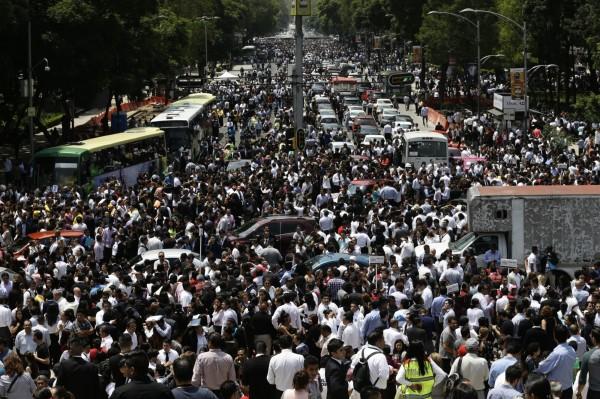 墨西哥中部發生7.1強震,大批民眾湧入街上避難。(美聯社)