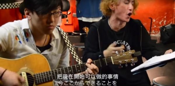 來自日本、台灣、韓國、中國的音樂人不分國界,共同創作歌曲《No Fear 今ここから》傳達對日本熊本災民的愛與關懷。(圖擷自office okan YouTube影片)