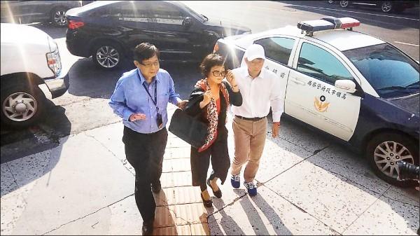 慶富老闆陳慶男父子等人近年來曾有6次進入總統府的紀錄,其中5次在馬政府時,一次在蔡執政後。圖為陳慶男(左起)、陳盧昭霞、陳偉志3人到派出所報到。(資料照)