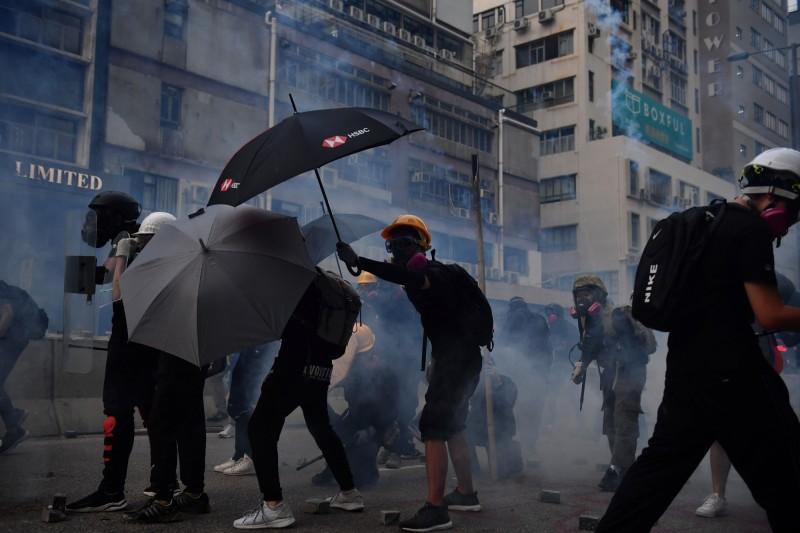 香港824再爆街頭抗爭,警催淚彈清場。(法新社)