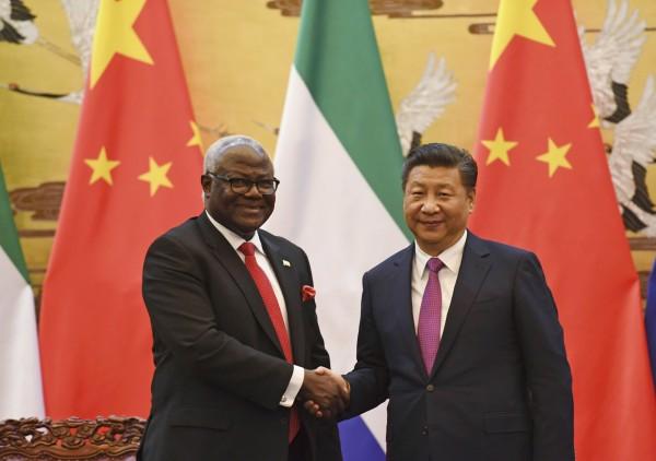 西非的獅子山共和國,當地時間週三傳出取消一項高達4億美元、中國出資建造的麥馬瑪國際機場合作計畫,並指它「太燒錢」。圖為獅子山前總統科羅馬與中國國家主席習近平。(美聯社)