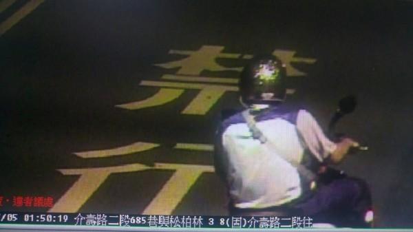 詹姓男子當時投擲汽油彈後騎贓車逃逸的身影被拍下。(資料照,記者周敏鴻翻攝)