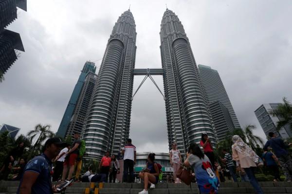馬來西亞首都吉隆坡已連續5年舉辦啤酒節,今年在強硬派穆斯林的壓力下被迫取消。圖為吉隆坡著名地標雙子星大樓。(路透)