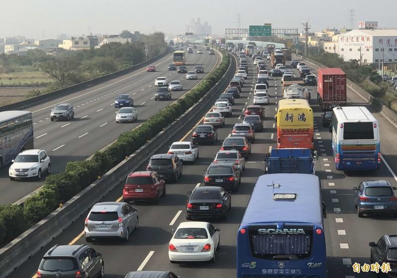 今天是228連假最後一天,交通部預測午後國道有9個路段易塞車。(資料照)