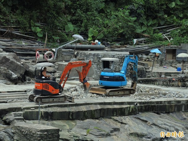 新北市府拆除烏來南勢溪畔露天溫泉。(資料照)